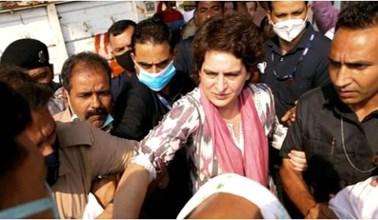 Agra: मृतक सफाई कर्मचारी के घर पहुंची प्रियंका गांधी,  किया मदद का वादा