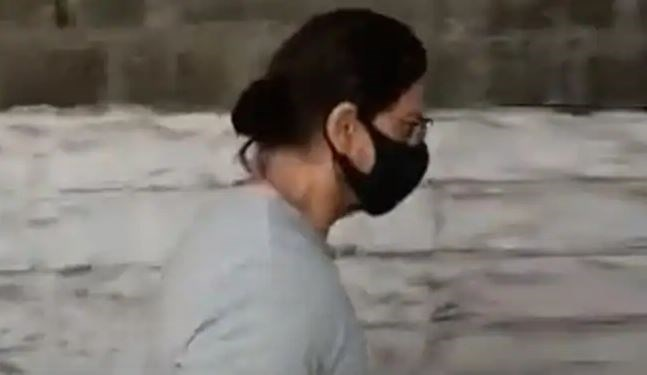 Mumbai: ड्रग्स मामले में आर्यन की जमानत खारिज होने के बाद बेटे से मिलने पहुंचे शाहरुख