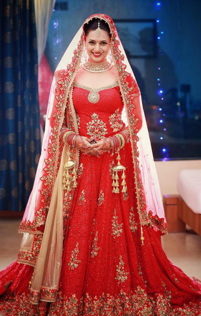 शादी में दिव्यंका ने लाल जोड़ा पहना था जिसमें वे बेहद खूबसूरत नजर आ रही थी। ऑफ व्हाइट शेरवानी में वि