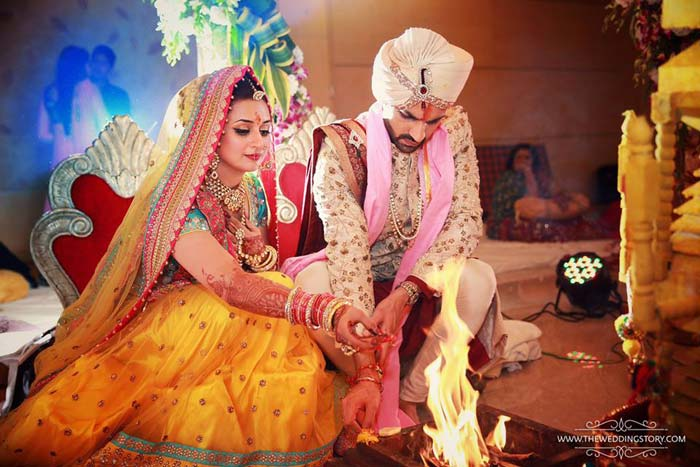 हिंदू रीति रिवाजों के साथ हुई दिव्यंका विवेक की शादी। ये तस्वीर इंस्टाग्राम पर yehaimohabbatein. द्व