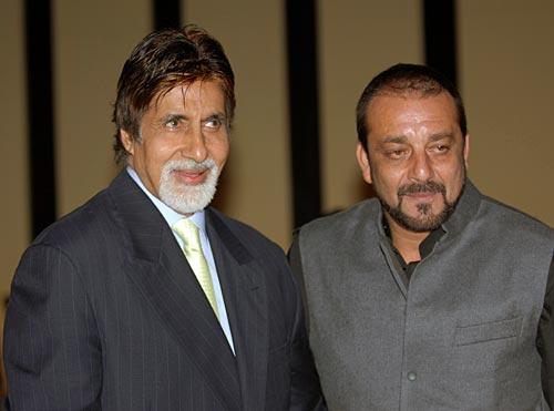बॉलीवुड स्टार अमिताभ बच्चन के साथ एक किताब के विमोचन के दौरान संजय दत्त.