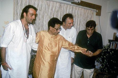 अपने पिता और बॉलीवुड के सफल अभिनेता रहे सुनील दत्त के साथ शिव सेना प्रमुख बाला साहेब ठाकरे से मुलाका