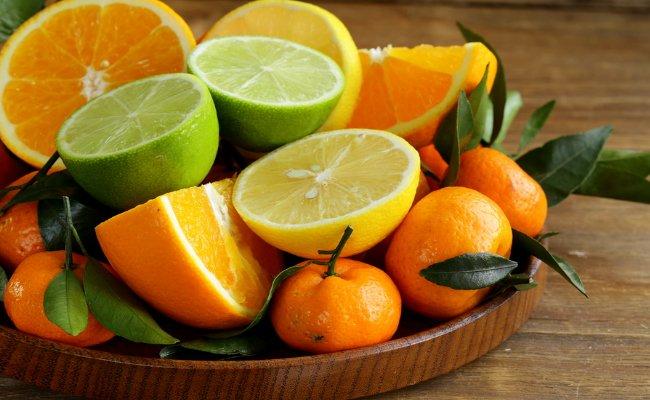 खट्टे फल- खट्टे फल खाने से पेट में एसिड बनती है जिसके बाद आपका पाचन तंत्र धीमा हो जाता है