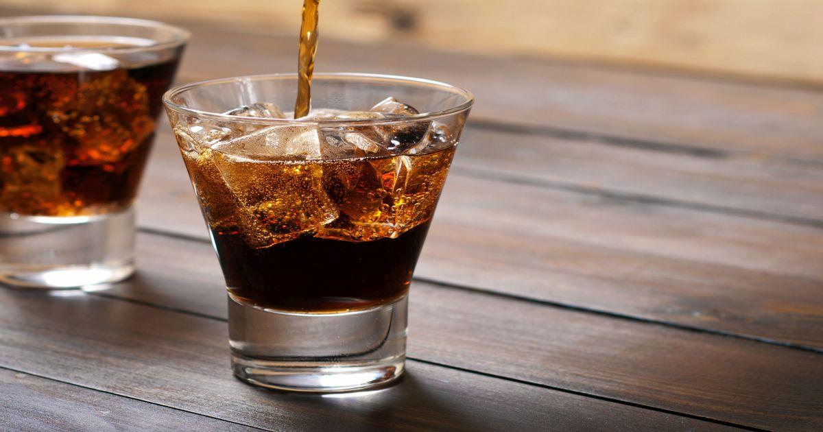 सॉफ्ट ड्रिंक- इनमें उच्च मात्रा में कार्बोनेट एसिड होता है. जो पेट के लिए गंभीर परेशानी बन सकती है