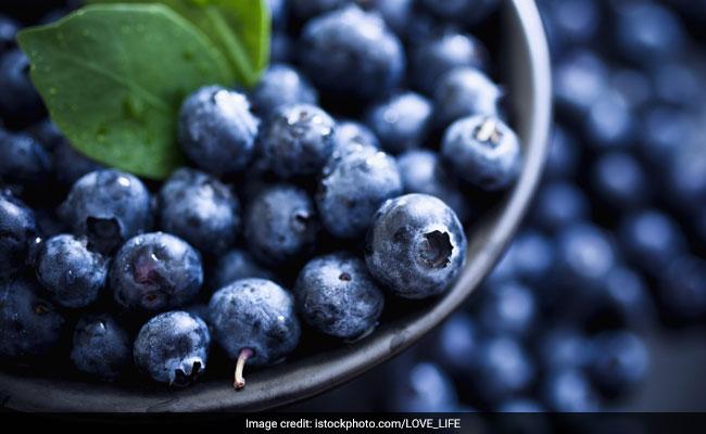 ब्लू बैरी- बैरी स्किन, ब्रेस्ट और लीवर कैंसर से सुरक्षित रखने में मददगार है.