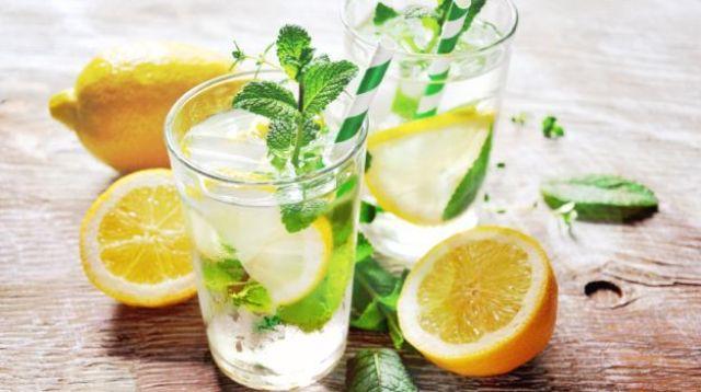 घर से पानी या कोई ठंडा शरबत पीकर बाहर निकलें।
