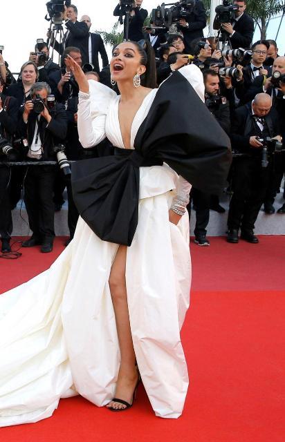 Cannes 2019में वाइट ड्रेस में दीपिका बेहद आकर्षक नजर आई