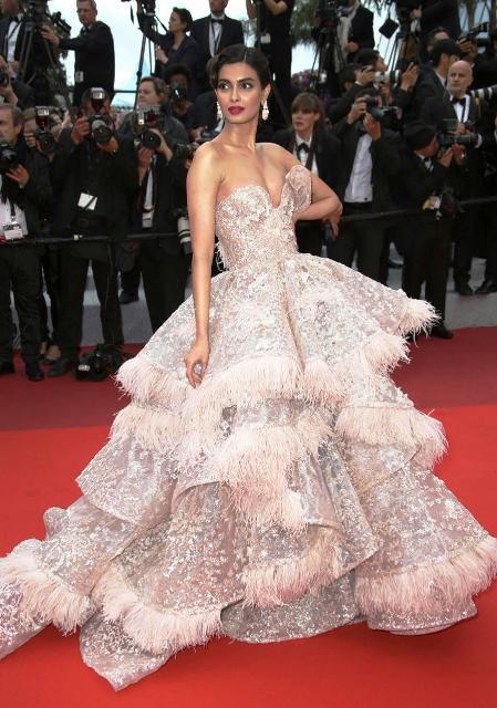 Cannes 2019 में डायना पेंटी बेबी पिंक कलर के ऑफ शोल्डर लॉन्ग गाउन में नजर आईं