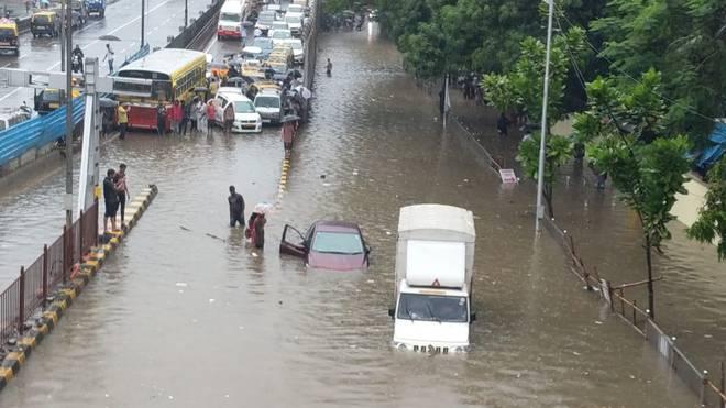 बारिश ने रोकी मुंबई की रफ्तार