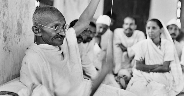 जब पूरा देश आजादी का जश्न मना रहा था तब गांधी सांप्रदायिक हिंसा को रोकने के लिए अनशन कर रहे थें।