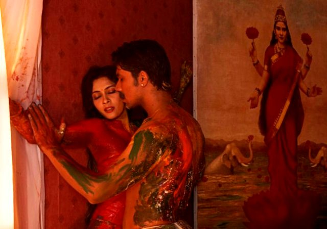 फिल्म रंगरसिया में रणदीप हुड्डा और नंदना सेन का एक बोल्ड सीन इंटरनेट पर लीक हो गया था।