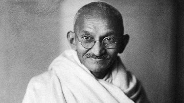 महात्मा गांधी ने सत्य, अहिंसा और सत्याग्रह पर चलने का रास्ता दिखाया है।
