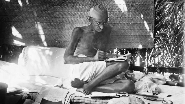 गांधी ने लंदन में पढ़ाई कर  बैरिस्टर की डिग्री प्राप्त की थी।