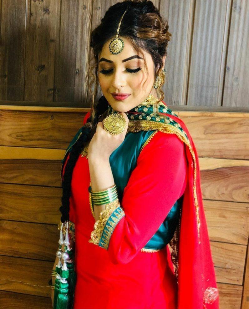 शहनाज कौर गिल पंजाब की जानी-मानी सिंगर और एक्ट्रेस है।